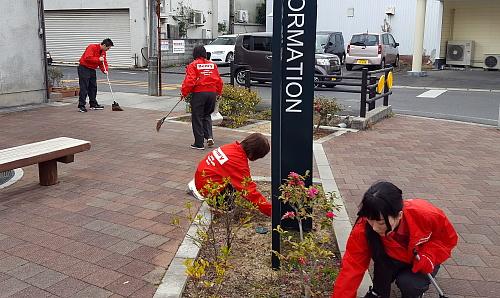 アダプト・プログラムで公園清掃ボランティア